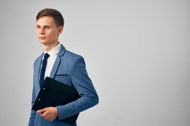 Homme avec des documents en mains travail d'homme d'affaires de directeur officiel