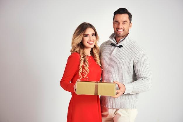 Homme donnant un cadeau de noël à la femme