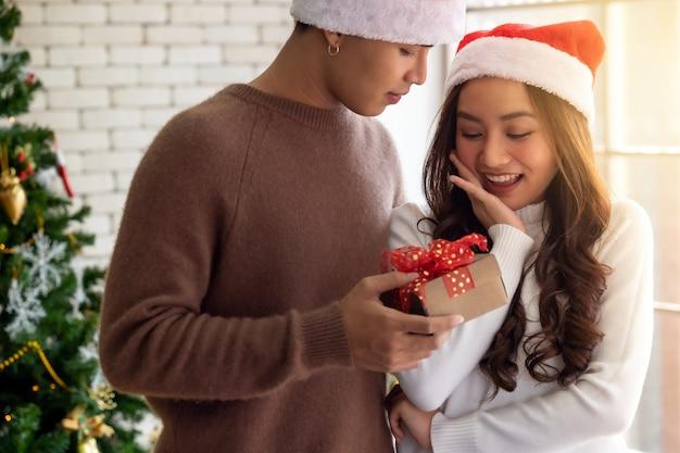 Homme donnant un cadeau de noël à une fille