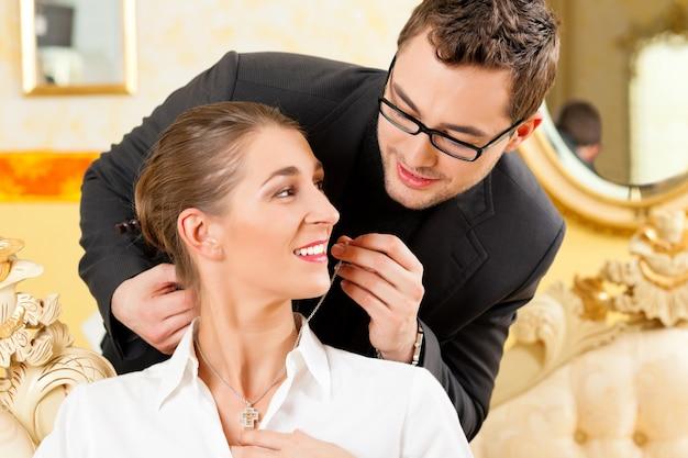 Homme donnant un collier à sa femme