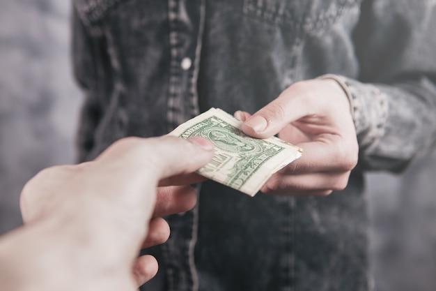 L'homme donne de l'argent à la fille