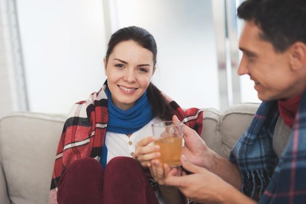 Un homme donne à une femme une tasse de thé de guérison