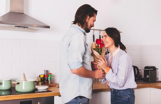 Homme, donner, roses, bouquet, à, femme, dans, cuisine