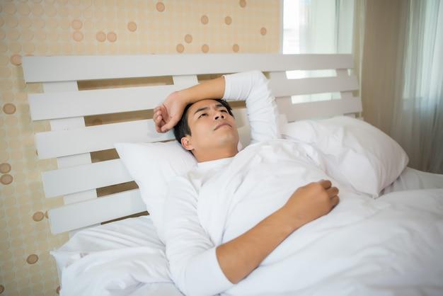Homme dort dans la chambre