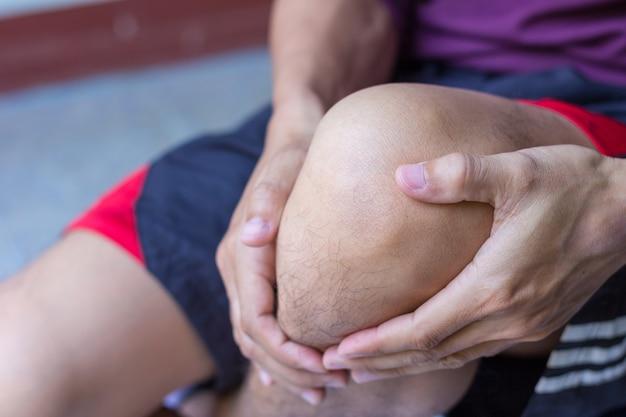 Homme avec une douleur au genou
