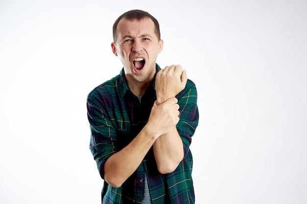 Homme avec une douleur vive dans le coude du bras isolé