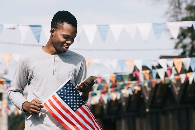 Homme avec drapeau usa et smartphone