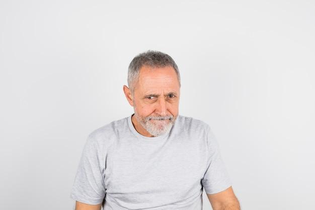 Homme drôle âgé en t-shirt