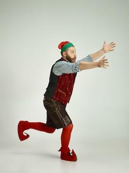 Homme drôle en costume d'elfe