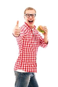 Homme drôle dans des verres, manger un hamburger isolé sur blanc