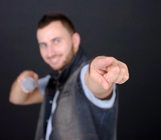 Homme drôle avec microphone chantant karaoké.