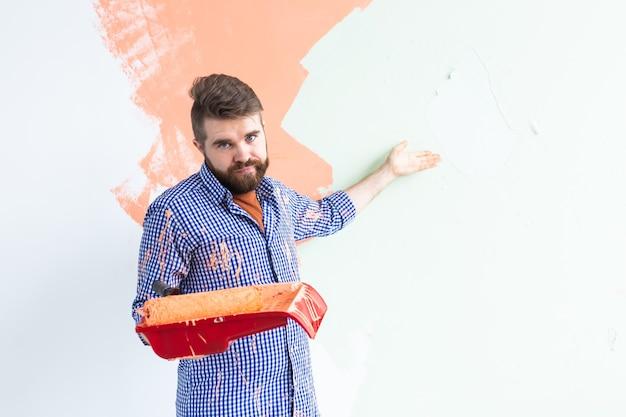 Homme drôle peinture mur intérieur de la maison