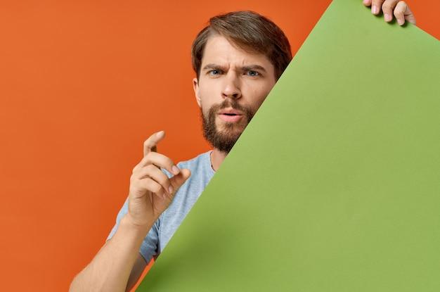 Homme drôle tenant une bannière verte design fond isolé