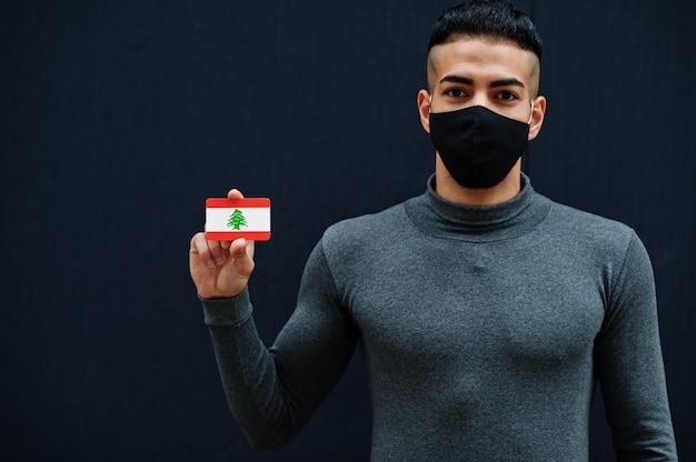 Homme du moyen-orient en col roulé gris et masque de protection visage noir