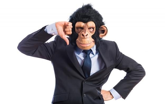 L'homme du singe fait un mauvais signal