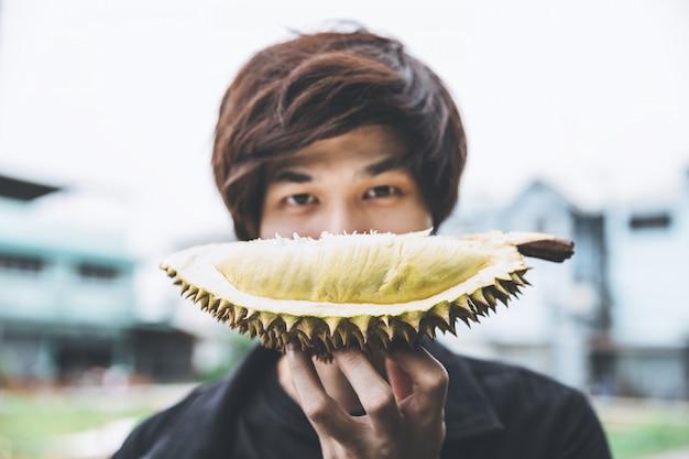 Homme avec durian