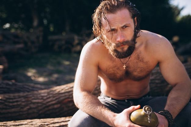 Homme avec de l'eau dans la forêt