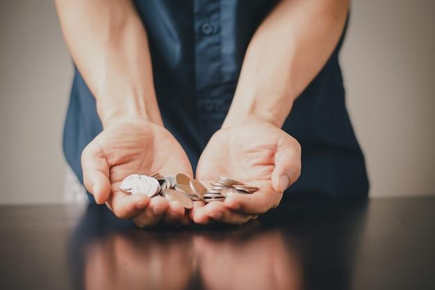 Un homme avec une économie de pièces de monnaie et une entreprise de croissance des investissements, succès