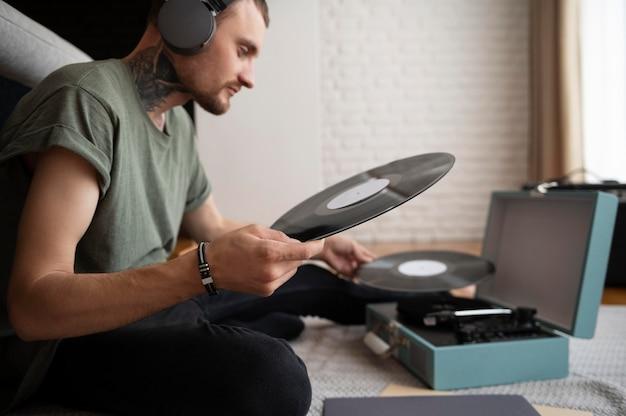 Homme écoutant de la musique au casque pendant son temps libre
