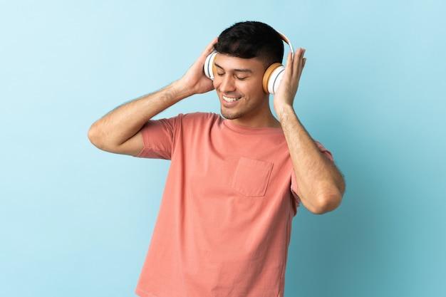 Homme écoutant de la musique avec des écouteurs