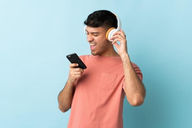 Homme écoutant de la musique avec mobile et chant