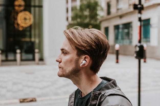 Homme écoutant de la musique sur ses écouteurs