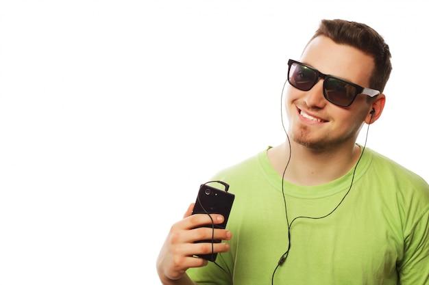 Homme écoute de la musique et à l'aide de smartphone
