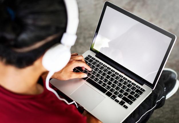 Homme, écoute, musique, ordinateur portable, copie, espace, concept