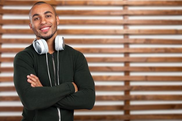 L'homme écoute de la musique