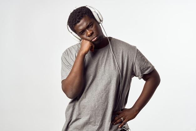Homme avec des écouteurs écoutant de la musique divertissement d'apparence africaine