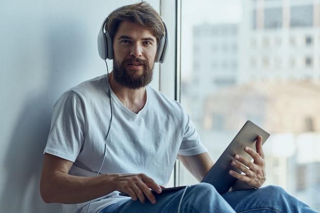 Homme avec des écouteurs écoutant des technologies musicales