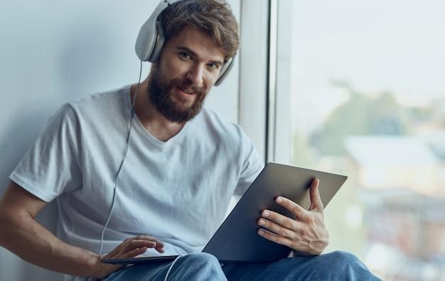 Homme avec des écouteurs avec mode de vie de divertissement pour ordinateur portable