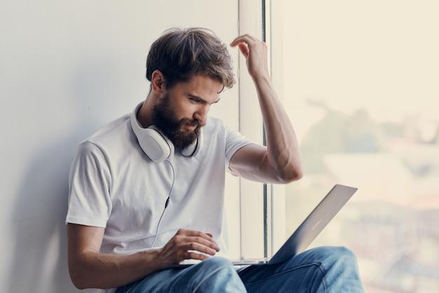 Homme avec des écouteurs avec relaxation de divertissement pour ordinateur portable. photo de haute qualité