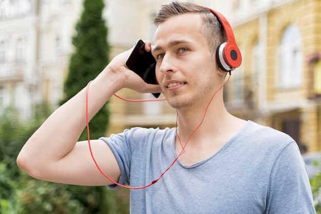 Homme, à, écouteurs
