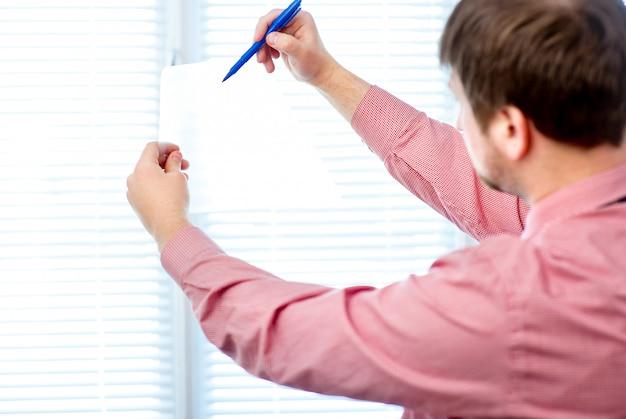 Homme écrit sur blanc