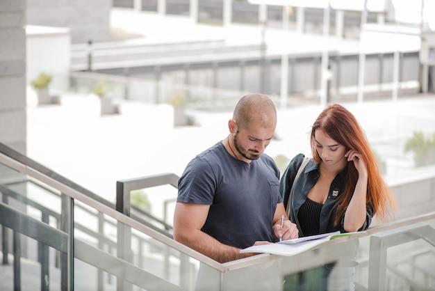 L'homme écrit dans des documents pour femme