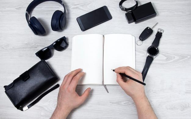 Un homme écrit dans une vue de dessus d'ordinateur portable