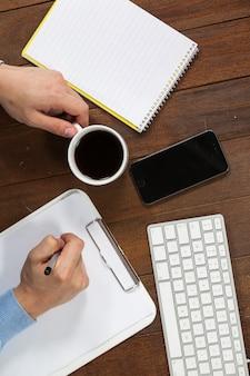 Homme, écriture, presse-papiers, quoique, avoir, tasse, café