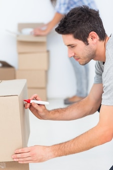 Homme écrivant sur une boîte en mouvement