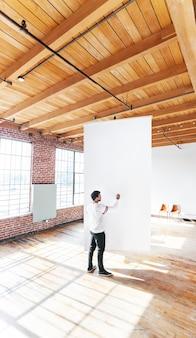 Homme écrivant sur un tableau blanc