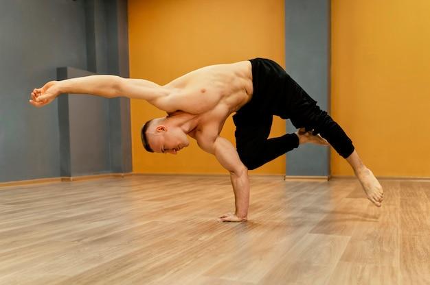 Homme effectuant breakdance