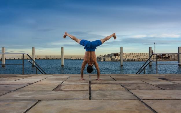Homme effectuant des exercices de yoga avancés et des étirements.
