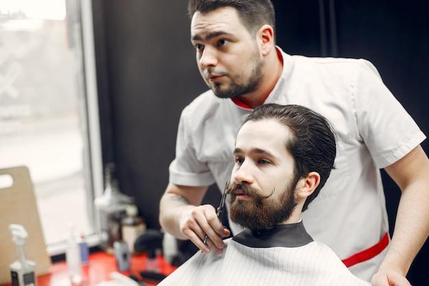 Homme élégant assis dans un salon de coiffure