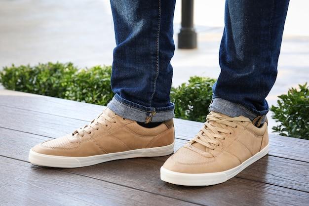 Homme élégant en chaussures beiges à l'extérieur