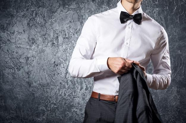 Homme élégant en costume avec noeud papillon