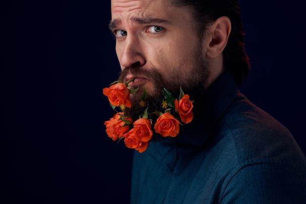 Homme élégant dans une chemise fleurs dans une romance de charme de barbe sombre.