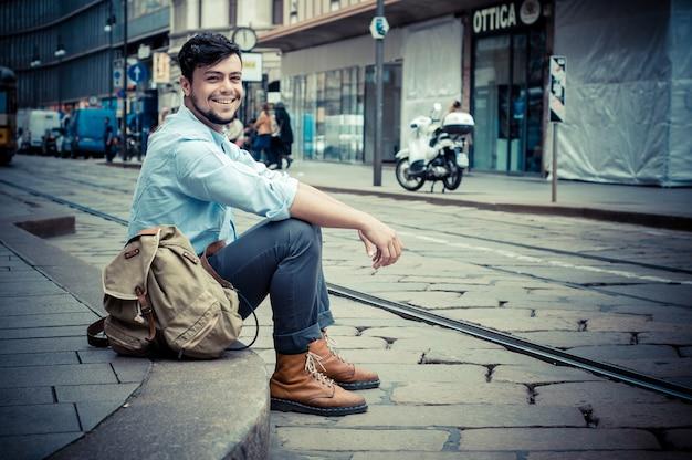 Homme élégant dans la rue