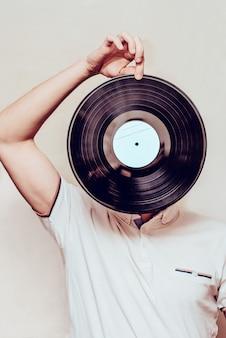 Homme élégant avec disque vinyle