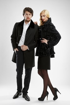 Homme élégant et femme glamour en manteau de fourrure posant