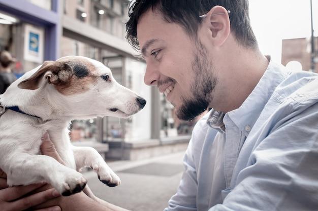 Homme élégant avec gentil chien